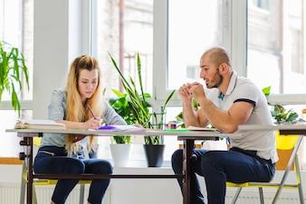 Mann und Frau am Tisch studieren