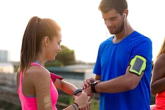 Mann und Frau, den Vergleich der Ergebnisse ihrer Übung