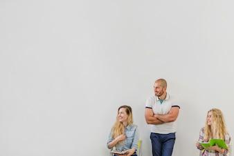 Mann und Frau mit Notizblöcken