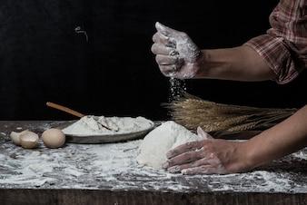 Mann vorbereiten Brot Teig auf Holztisch in einer Bäckerei close up