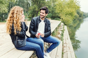 Mann zeigt einen Verlobungsring Diamant zu seiner Freundin in der