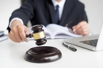 Männlicher Richter Rechtsanwalt In Ein Gerichtssaal Auffallend Der Hammer auf Klangblock