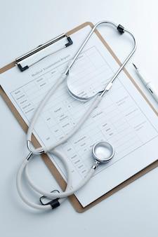 Medizinische Untersuchung Bericht und Stethoskop auf weißem Desktop