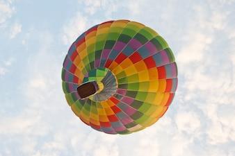 Mehrfarbiger Heißluftballon am Himmel
