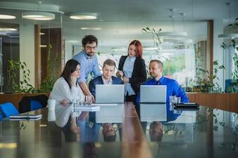 Menschen arbeiten mit Computern