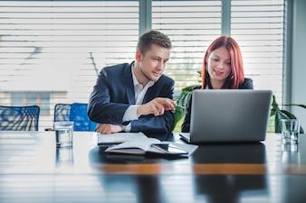 Menschen arbeiten zusammen mit Laptop zusammen
