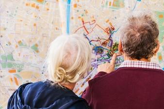 Menschen auf der Suche Karte