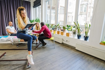 Menschen im Klassenzimmer studieren