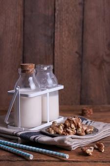Milchflaschen und Nüsse