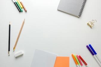 Minimaler Arbeitsraum - Kreativ flach legen Foto von Arbeitsbereich Schreibtisch mit Skizzenbuch und Holz Bleistift auf Kopie Raum weißen Hintergrund. Draufsicht, flache Laienfotografie.