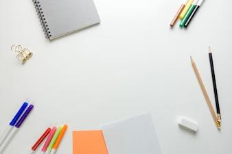 Minimaler Arbeitsraum - Kreative flache Laien Foto von Arbeitsbereich Schreibtisch mit Skizzenbuch und Holz Bleistift auf Kopie Raum weißen Hintergrund. Draufsicht, flache Laienfotografie.