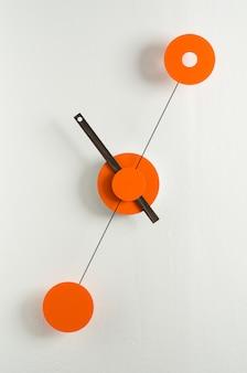 Moderne Uhr an der Wand