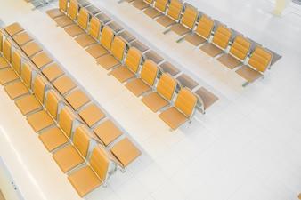 Modernes Interieur der Flughafen-Wartehalle.