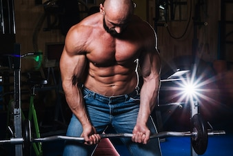 Muskulöser Mann hebt Langhantel