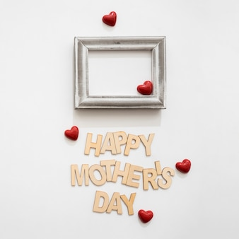 Muttertagsschriftzug mit kleinen roten Herzen