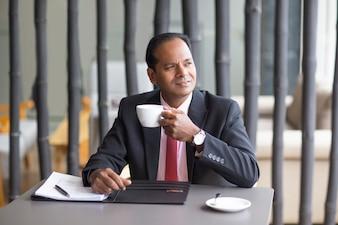 Nachdenklich Geschäftsmann Kaffee trinken im Cafe