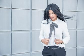 Nachdenkliche ruhige Geschäftsfrau mit dem Haar durch den Wind geblasen