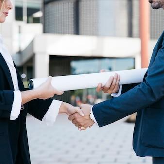 Nahaufnahme der Geschäftsmann und Geschäftsfrau Händeschütteln