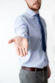 Nahaufnahme des Geschäftsmannes, der ausgestreckte Hand zeigt
