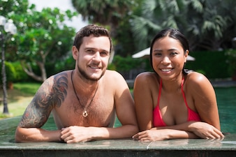 Nahaufnahme des glücklichen multi-ethnischen Paar am Pool-Rand
