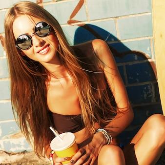 Nahaufnahme des lächelnden Mädchens mit Sonnenbrille und Softdrink