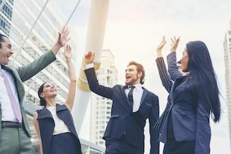 Nahaufnahme von Geschäftsleuten Hände zusammen. Teamwork-Konzept.
