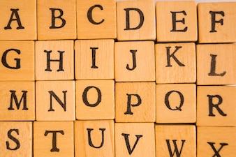 Nahaufnahme von Würfeln mit Buchstaben
