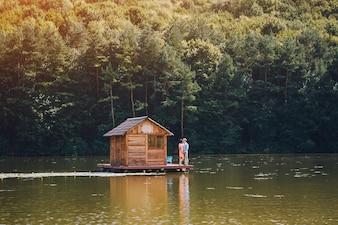 Naturlandschaft mit Holzschuppen