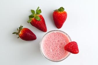 Natürliche Erdbeer-Smoothie von oben gesehen
