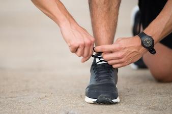 Nicht erkennbare Läufer, die sich auf Joggen vorbereiten