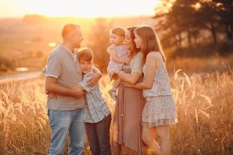Niedliche Zusammengehörigkeit im Freien parenting Gruppe