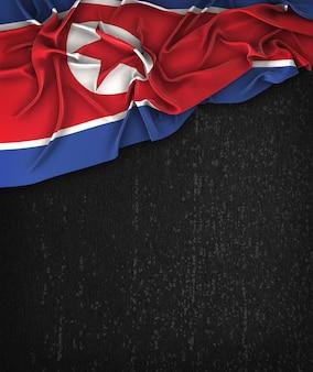 Nordkorea-Flagge Vintag auf einem Grunge-Schwarz-Tafel mit Raum für Text