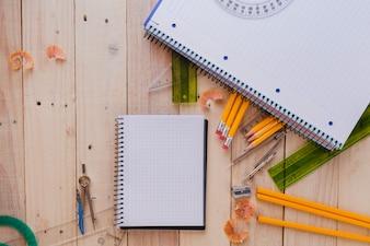 Notebooks mit Schulmaterial auf Holz