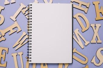 Notizblock und Buchstaben