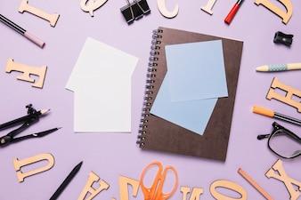Notizbuch und Haftnotizen