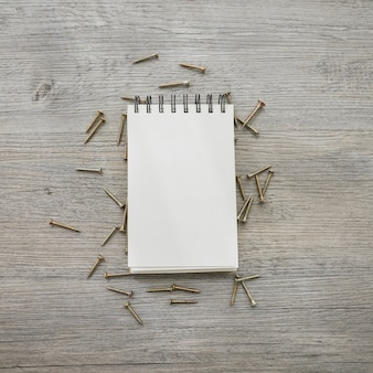 Notizbuch und Schrauben für Vatertag