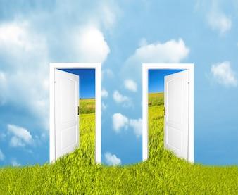Offene Türen mit Zugang zur Freiheit