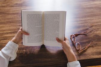 Offenes Buch von Händen gehalten