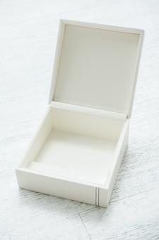 Öffnen Sie weißen Kasten