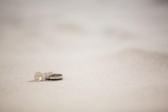 Paar Ehering auf Sand