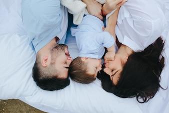 Paar schläft mit Sohn