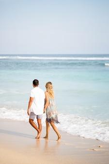 Paar Wandern am Strand auf Urlaub
