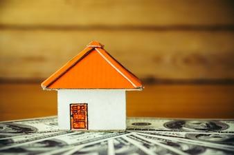 Papierhaus auf Dollarnoten, close up