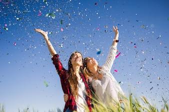 Park glückliches Mädchen gelbe Blüten