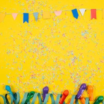 Party-Zusammensetzung mit Konfetti und Luftballons