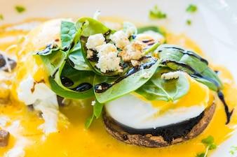 Pilz und Ei Benedikt im weißen Teller