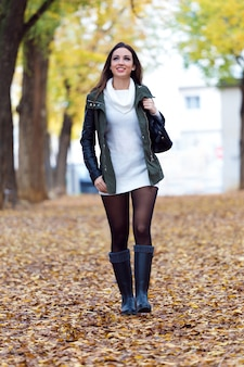Portrait der schönen Mädchen zu Fuß im Herbst.