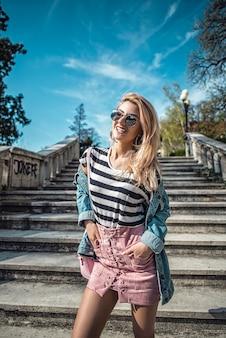 Portrait der schönen Mode-Modell posiert auf Treppen tragen Farben