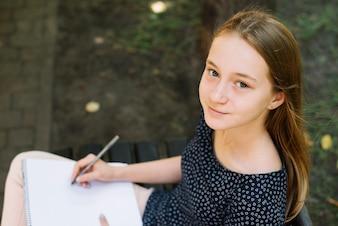 Porträt des Studenten im Park