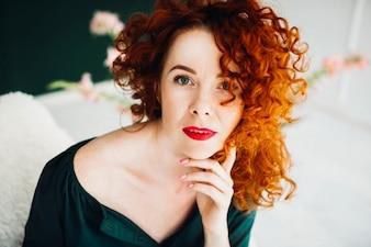 Porträt einer schönen und rothaarigen jungen Frau
